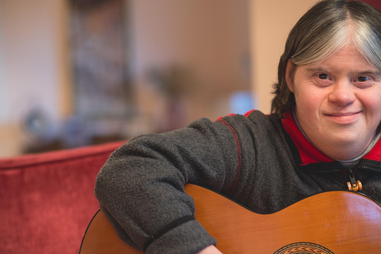 Κορίτσι με κιθάρα