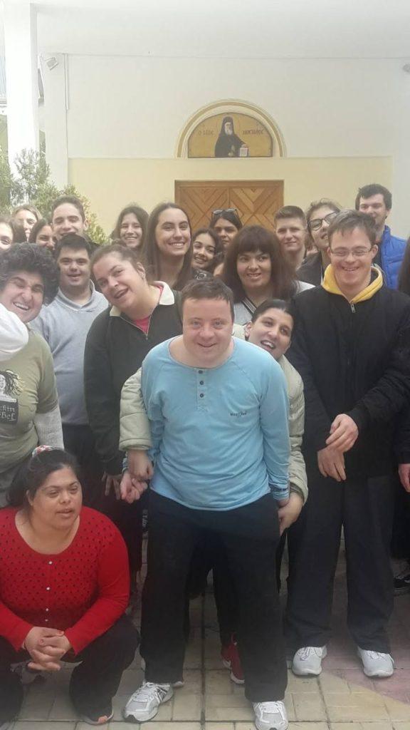Ομαδική φωτογραφία από την υποδοχή των μαθητών της Γ' Γυμνασίου του σχολείου Άγιος Ιωσήφ στην Εστία.